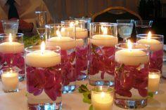 otro arreglo con velas flotantes. Esta vez con flores de santa Rita para un centro de mesa festivo