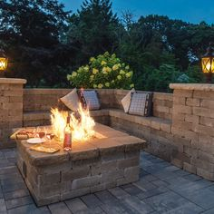 feuerstelle garten Create your own summer night hot spot, right outside your back door! ideas with fire pit Backyard Fireplace, Fire Pit Backyard, Outdoor Fireplace Designs, Gas Outdoor Fire Pit, Patio With Firepit, Fire Pit On Wood Deck, Stone Backyard, Stone Deck, Stone Patios