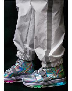Qozmo Aiire Light Up Hologram Sneakers