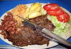 Nunca pasan hambre en esta ciudad. Este es un plato típico mexicano de carne asada, frijoles, arroz, ensalada y Pappas.