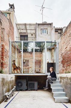 Estudi Lacy es el nuevo estudio de arquitectura de Sauquet Arquitectes, localizado en la planta baja de una antigua vivienda de la calle Lacy en Sabadell...