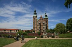 Built in 1606-1634 by King Christian IV as a royal pleasure retreat outside of the closed city, Rosenborg is to-day a museum with objects related to the Danish monarchs during the last 400 years -