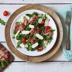 Když už je leden plný zdravých jídel a hubnutí, chtěla bych vám představit večeři, která je v mém jídelníčku jedna z mých nejoblíbenějších. dvě hrsti salátu mix polníček a rukola kvalitní sušená šunka Prosciutto cherry…
