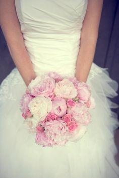 bouquet de mariée rond et fleurs roses