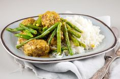 Every-day of the week recipe for delicious spiced meatballs with green beans and rice. Recipe for 4 people, ready within 40 minutes. Recipe For 4 People, Green Beans, Spices, Pizza, Chicken, Meat, Vegetables, Ethnic Recipes, Foodies