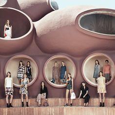 Dior, collection Croisière 2015. Inspiré par les couleurs, les matières et la lumière de la Côte d'Azur, Raf Simmons, directeur artistique de la maison Dior a trouvé dans l'iconique Palais Bulles du génial Antti Lovag, la liberté, le jeu et l'individualité qu'il souhaitait capter dans cette collection.