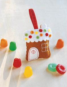 Felt Gingerbread House Christmas Ornament #diy #crafts #christmas #holidays #gingerbread #gingerbread_house #felt