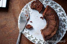 Herkulliseen kakkuun ei välttämättä kaivata desi kaupalla sokeria, sitä ei tarvita ollenkaan. Tämän kahvikakun makeuttavat bana...
