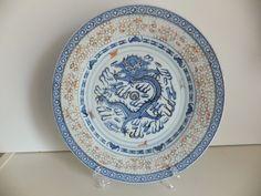 PRATO em PORCELANA CHINESA BAGO de ARROZ DRAGÃO Prato em porcelana chinesa bago de arroz. motivo dragão. Fabricado em Macau. Pequena falha no rebordo.  Dimensões: 26 cm diâmetro