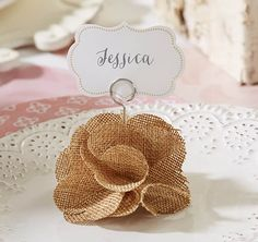 Marque place fleur en toile de jute - Burlap Rose Place Card Holder | perfect for rustic themed weddings (and fall weddings)