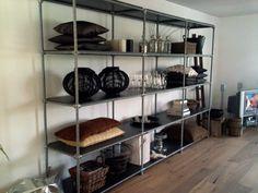 Van steigerbuizen hebben we een originele kast voor in de woonkamer gemaakt.