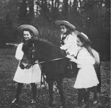Las hermanas Romanov dando un paseo!