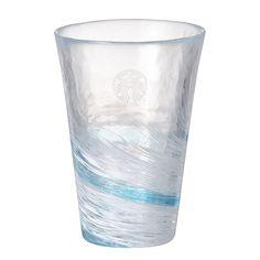 夏日海洋玻璃杯 Summer Glass cup A 此款手工玻璃杯為津輕傳統琉璃工藝品,是日本Aderia石塚硝子旗下手作玻璃工藝品牌之一,位於日本青森縣津輕市。透過玻璃工匠精湛的製作手法,呈現出玻璃獨有的視覺效果與質感形狀,成就極致的玻璃技術,使手做玻璃成為充滿魅力的製品。以藍色等有色玻璃,經過一層又一層的重疊,表現出海浪層層交疊的風情。
