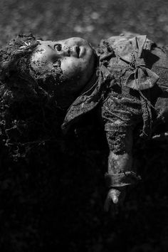 object abandoned doll photography black and white Creepy Toys, Haunted Dolls, Ange Demon, Beach Properties, Baby Mine, Doll Parts, Sale Poster, Doll Face, Abandoned Places