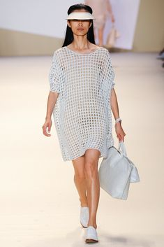 Catwalk photos and all the looks from Akris Spring/Summer 2015 Ready-To-Wear Paris Fashion Week Mode Crochet, Crochet Tunic, Easy Crochet, Crochet Clothes, Crochet Top, Fashion Catwalk, Fashion Show, Net Fashion, Vestidos Fashion