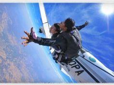 Saltas desde 9000 pies de altura a una velocidad de 200km/h, tu corazón se acelera, estas receptivo, todo se junta durante un momento único.  Después de las indicaciones de seguridad, subiras al avión para iniciar el ascenso de 20 minutos, la puerta se abre, tu instructor y tu caminan hacia la ella y WOW estás volando. Sin que te des cuenta el instructor abre el paracaídas y sientes una vez más que flotas. También tomas los controles compartidos del paracaídas y aprendes a girar.