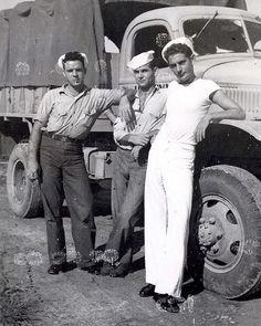 Sailors having a break Moda Vintage, Vintage Love, Vintage Men, Vintage Pictures, Old Pictures, Old Photos, Navy Chief, Photos Originales, Vintage Sailor