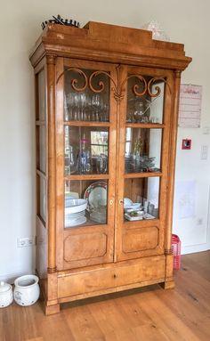 antike vitrine aus der zeit des biedermeiers in birke schellack handpoliert