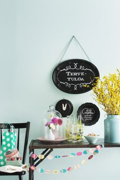 Liitutaulumaalilla ei tarvitse maalata seinää. Tee vanhoista tarjottimista tai lautasista pienet liitutaulut. Kurkkaa ohje ja tartu pensseliin!