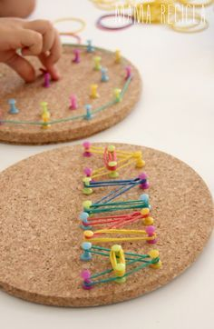 Fine motor activity - rubber bands and thumbtacks on cork! Love the bright colors! (just as long as the kids don't pull out the tacks, could be dangerous)A geoboard for developing fine motor skills.Meine Pinn-Boards zum Thema Lernen befinden sich j…Diy Motor Skills Activities, Gross Motor Skills, Montessori Activities, Preschool Activities, Diy For Kids, Crafts For Kids, Finger Gym, Funky Fingers, Material Didático