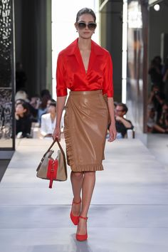 Burberry Spring 2019 Ready-to-Wear Fashion Show Collection: See the complete Bur. - Burberry Spring 2019 Ready-to-Wear Fashion Show Collection: See the complete Burberry Spring 2019 R - Estilo Fashion, Fashion Mode, Look Fashion, Fashion Clothes, Runway Fashion, Trendy Fashion, High Fashion, Fashion Outfits, Womens Fashion