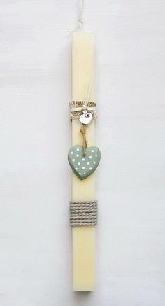 lb5015 {12,90 €} λαμπάδα από χοντρό χειροποίητο κερί με ακατέργαστη υφή, ξύλινη διακοσμητική καρδιά και κορδέλες (αρωματικό κερί, 31x3 εκ.) ΛΕΠΤΟΜΕΡΕΙΑ