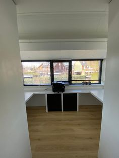 Maatwerk buro in u vorm en maatwerk onderkasten. Ontwerp en realisatie www.meubelenmaatwerk.nl Windows, Ramen, Window