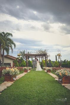 Me apaixonei pelos detalhes do casamento pensados tão carinhosamente: sombrinhas de papel, corações, luzinhas. E o mais lindo, um lavou os pés do outro!