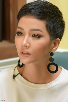 Haarschnitt Asian makeup Wonderful Wedding Tips From A Celebrity Event Planner If you want to create Asian Short Hair, Very Short Hair, Short Hair Cuts For Women, Short Pixie Haircuts, Pixie Hairstyles, Androgynous Haircut, Asian Makeup, Shaved Hair, Great Hair