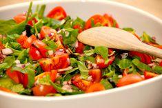 God opskrift på spinatsalat med tomater. En nem og lækker salat med babyspinat, cherrytomater og rødløg. Vendes med balsamico og olie.