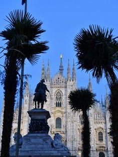 Milano, palme e Madonnina illuminata: la versione serale di piazza Duomo