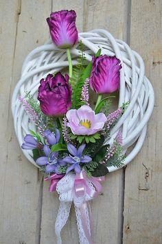 Jarný veniec s fialovými tulipánmi / Marys. Easter Wreaths, Holiday Wreaths, Willow Wreath, Wreath Crafts, Summer Wreath, Easter Crafts, Floral Arrangements, Floral Design, Floral Wreath