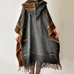 Plus Size Clothing MADE TO ORDER – Dark Gray Handwoven Poncho (Sold – Accepting custom orders) Wet u deze magnificent handcrafted creatie, convo. Vetements Clothing, Estilo Hippie, Look Boho, Plus Size Kleidung, Boho Fashion, Womens Fashion, Mode Vintage, Mode Inspiration, Plus Size Outfits