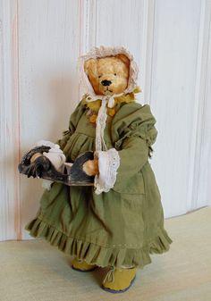Всем привет! Сегодня снова аукцион))) И очаровательная героиня нашего аукциона-сама миссис Хадсон. С самого первого взгляда на эту уютную мишку в памяти всплывает чопорная Англия и аромат свежезаваренного чая в теплых руках бессменной помощницы Шерлока... а раз так,то значит тому и быть,пусть мишка будет доброй и заботливой Миссис Хадсон)).Мишка набита туго опилочками,вкусно пахнет лесом,старинное кружево-шитье.