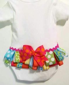 If I EVER have a baby girl around to sew for. Ruffled buttom, baby girl bodysuit, welcome home baby onesie. Baby Kind, My Baby Girl, Baby Love, Baby Girls, Toddler Girl, Sewing For Kids, Baby Sewing, Sewing Crafts, Sewing Projects