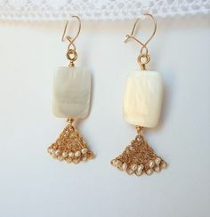 Mother of Pearl and little culture pearls. 16 May 2018 Cultured Pearls, Jewelry Art, Art Pieces, Drop Earrings, Pretty, Handmade, Hand Made, Artworks, Art Work