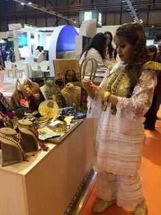 Habit traditionnel tunisien et des bijoux faits à la main