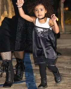 Baby fashionista: inspire-se no estilo de North West/ OH BUT WHERE DOES ONE START? LOOKS LIKE WE GOT ANOTHER SURI CRUIZE~ ANOTHER FASHION DISASTER~ APPARENTLY $$ CAN'T BUY TASTE.