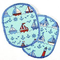 Kleine Boote und Anker als Knieflicken.