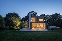Cette maison de deux étages se compose de bois, de verre et de pierre, elle est le fruit du travail de Ström Architects. Elle se situe en bordure du parc n