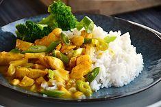 Kylling i karry - nem opskrift på 25 minutter med ris - Madens Verden Wok, How To Stay Healthy, Cobb Salad, Potato Salad, Food And Drink, Rice, Meat, Chicken, Cooking