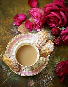 Tea & Madeleine Cookies with Roses. Coffee Break, Coffee Time, Tea Time, Coffee Cups, Tea Cups, Coffee Coffee, Tee Kunst, Café Chocolate, Cuppa Tea