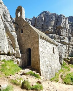 St Govan's Chapel built into the cliff on the South Pembrokeshire coast. Count the steps down and up - legend has it that the number is… Wales Uk, South Wales, Pembrokeshire Wales, Visit Wales, England And Scotland, Places Of Interest, Old Buildings, British Isles, Pilgrimage