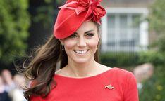 Hertogin van Camebridge of niet, Kate Middleton blijft lekker down to earth. Ze droeg namelijk gewoon voor de tweede keer een jurk naar een belangrijk evenement. De koningin van Engeland had voor de 93e verjaardag van Prince Philip een groot…