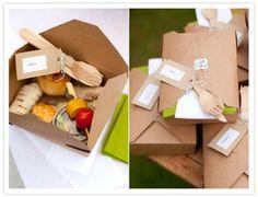 サンドイッチ、フルーツ、野菜スティックなどなどそれぞれのランチを個別に箱に詰めてこんなスタイルのお弁当にしてみても素敵。一緒に入れるペーパーナプキンや箱にかけるリボンなど、可愛くデコレーションして。