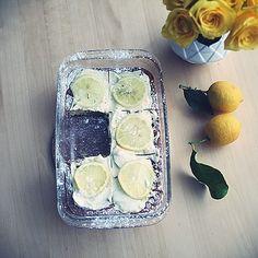 Le moelleux au citron ce sont 4 jaunes d'œufs battus avec 130g de sucre et le jus d'un citron. Ajoutez 80g de beurre fondu, 120g de farine et une pincée de levure. Battez les quatre blancs en neige et incorporez les. Mettez l'appareil dans un moule et enfournez 20 minutes à 180 degrés . J'ajoute sur le dessus un mélange mascarpone et sucre glace. A déguster accompagné d'un thé!