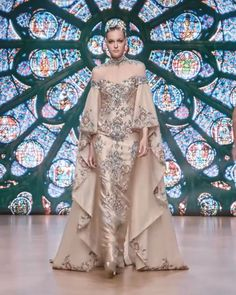 Tony Ward Look 16 - - Stunning Embellished Golden Sheath Evening Maxi Dress / Evening Gown with High Neck, Long Sleeves and Cape. Fall Winter Collection by Tony Ward Source by worldofstylishwoman Couture Mode, Couture Fashion, Fashion Show, High Fashion, Punk Fashion, Lolita Fashion, Fashion Trends, Evening Dresses, Prom Dresses