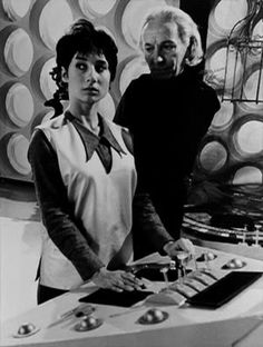 First Doctor (William Hartnell) and his granddaughter, Susan Foreman pictured from the unaired pilot episode. Original Doctor Who, Dr Who Companions, Dr Williams, Classic Doctor Who, William Hartnell, Peter Cushing, Watch Doctor, First Doctor, Ford