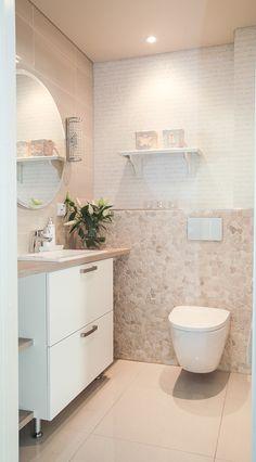 Postaussarja osa 2: Ninapinta-sisäkatolla upeaa näyttävyyttä kotiin Bathroom Wallpaper, Bathroom Toilets, Bathroom Design Small, Beautiful Bathrooms, Room Inspiration, Beautiful Homes, Sweet Home, Bathtub, House Design