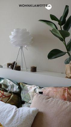Wir zeigen Dir ein paar schöne Ideen für die Wandgestaltung in Deinem Schlafzimmer. Die richtige Wandfarbe für das Schlafzimmer zu finden ist nicht leicht. Mit diesen Tipps gelingt die Farbgestaltung vom klassischen Weiß zum neuen Farbton School House White! Home Decor, Paint, Bedroom Ideas, Couple, Home Decor Accessories, Bed, Decoration Home, Room Decor, Home Interior Design